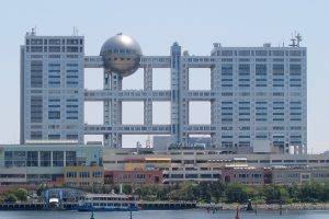 Fuji_TV_headquarters_and_Aqua_City_Odaiba_-_2006-05-03-2009-25-01